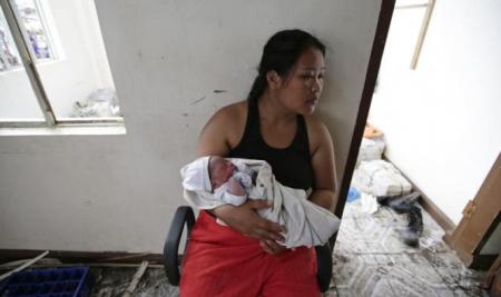 """CATASTROFA UMANITARA IN FILIPINE, in urma taifunului Haiyan, cu 10.000 DE MORTI SI LUPTA ANIMALICA PENTRU SUPRAVIETUIRE: <i>""""E mai rau ca in iad… Avem nevoie de mâncare. Mama, te rog, ajuta-ma!""""</i> [video si foto]"""
