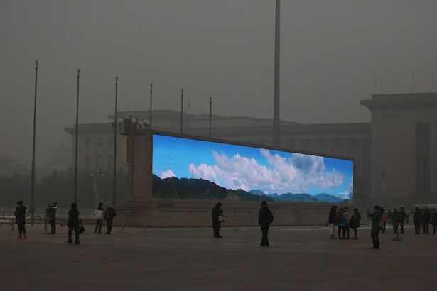 CULMEA SMOGULUI LA BEIJING: chinezii difuzeaza pe monitoare rasaritul si apusul soarelui devenite INVIZIBILE din cauza POLUARII