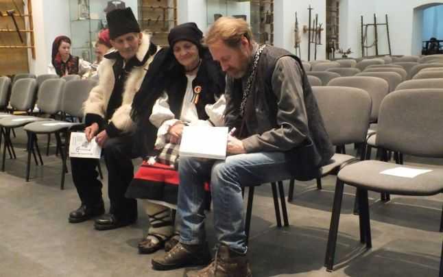 """""""DRUMUL CRUCILOR"""". Dragostea unui irlandez pentru Romania satelor: <i>""""CULTURA TARANEASCA ARE NEVOIE DE AJUTOR, ESTE MACELARITA, TRADITIILE SUNT ABUZATE""""</i> (video)"""