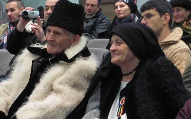 Doi maramureşeni, Dumitru şi Pălăguţa Hodor din satul Slătioara, la lansarea cărţii lui Peter Hurley la Muzeul Etnografic al Transilvaniei de la Cluj
