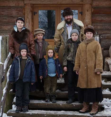 "Experiment: <i>un rus traieste ca in secolul XI</i>/ CUM A RENUNTAT UN MILIARDAR RUS LA VIATA MODERNA si s-a retras cu familia la tara/ <i>""In premiera""</i>: BOGATII CARE AU ALES SALBATICIA <i>(video)</i>"