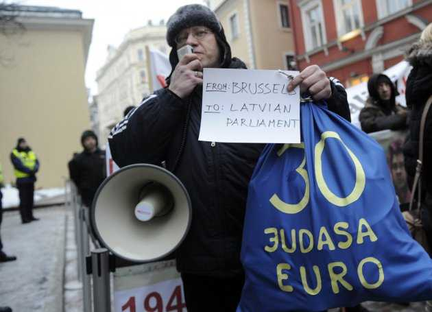 """<b>Experimentul eurocratic continua: LETONIA ADOPTA MONEDA EURO IMPOTRIVA VOINTEI POPULATIEI</b>/ Krugman despre COSTUL UMAN URIAS AL CRIZEI EURO/ Politici restrictive fata de IMIGRANTI in Rusia. <b>Printre cei afectati: BASARABENII</b>/ """"Brutalul imperialism"""" pro-corporatii al SUA"""