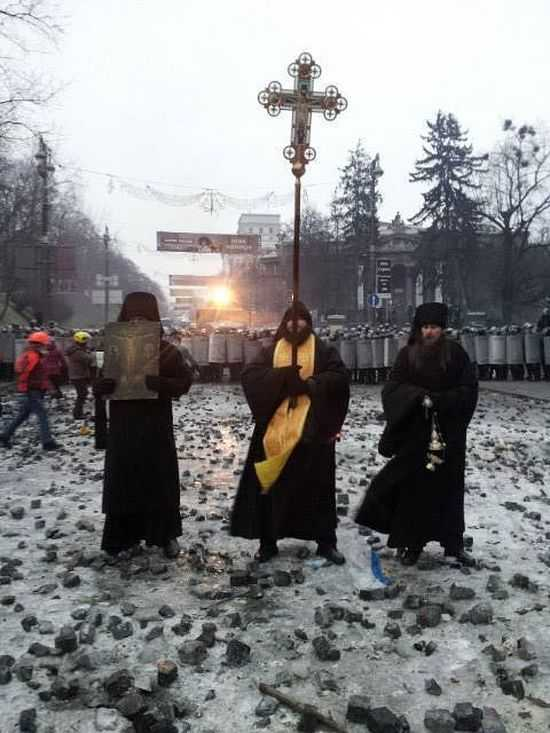 <b>Ucraina – catapultata spre razboiul civil?</b> CONFRUNTARILE DIN KIEV DEVIN TOT MAI VIOLENTE (video) Calugarii de la LAVRA PECERSKA s-au pus intre PROTESTATARI si FORTELE DE ORDINE