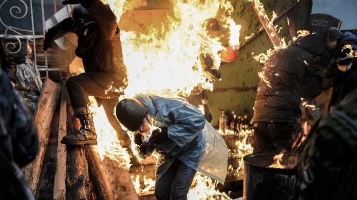 "<i>update IV –</i> UCRAINA LIVE (video+foto): MACEL si HAOS la KIEV. <b>Ianukovici accepta alegeri anticipate, guvern de uniune nationala si revenirea la vechea constitutie, dar ""REVOLUTIA"" CONTINUA</b>. Au fost eliberati politistii capturati de catre ""CIVILII"" INARMATI CARE AU DECLANSAT ANARHIA"