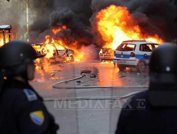 <b>REVOLTA SOCIALA SI HAOS in Bosnia-Hertegovina (VIDEO)</b>. Privatizarile, somajul si saracia au dus la MANIFESTATII VIOLENTE si la ASEDIEREA institutiei presedintelui