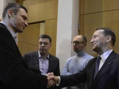 Ministrul polon al Afacerilor Externe, Radek Sikorski, impreuna cu principalii trei lideri ucrainieni ai opozitiei la Kiev