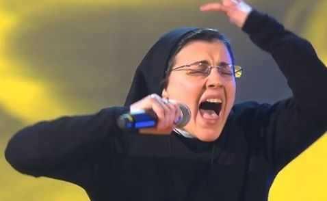 &#8220;Calugarita&#8221; catolica (<i>Sora Cristina</i>) face senzatie la &#8220;VOCEA ITALIEI&#8221;, cantand si manifestandu-se ca un STAR POP, sustinuta de alte &#8220;maici&#8221; si extaziindu-se de imbratisarea rapperului-jurat care se compara cu diavolul&#8230;
