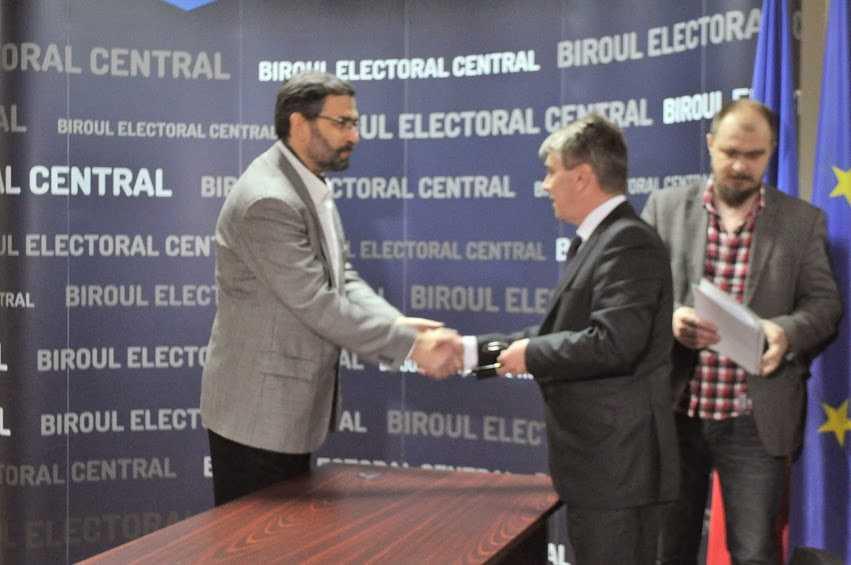 IULIAN CAPSALI, reprezentantul <i>familiei ortodoxe romanesti</i>, a reusit sa stranga peste 120.000 de semnaturi si si-a depus candidatura la alegerile europarlamentare