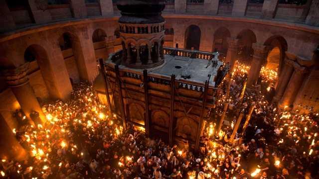 <i>VIDEO</i>: LUMINA SFANTA A INVIERII a venit si in acest an la MORMANTUL DOMNULUI DE LA IERUSALIM. <b>Hristos a Inviat!</b>