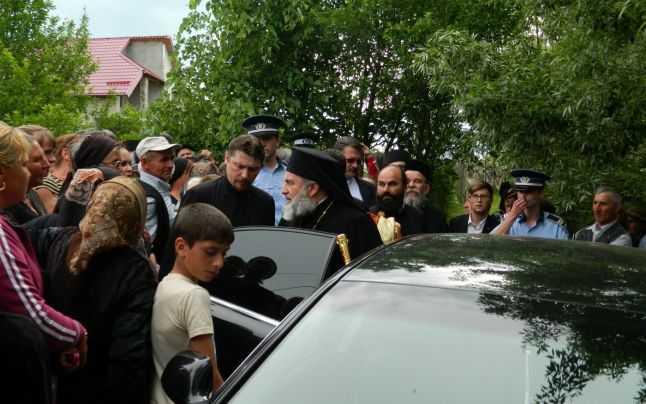 """Cum se """"neodihneste misionar"""" PS IOACHIM BACAUANUL vizitand sate sarace in limuzine de lux spre smintirea poporenilor si a presei (VIDEO)"""