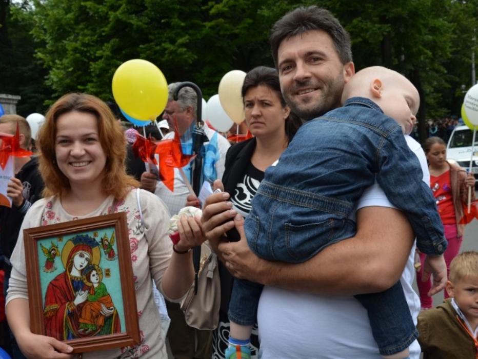 COALITIA PENTRU FAMILIE  a adunat peste 2 MILIOANE semnaturi – nu indeajuns pentru a deveni stire in SISTEMUL MASS-MEDIA/ Pr. Constantin Sturzu: DEMONTAREA CELOR MAI FLAGRANTE MINCIUNI ADUSE CAMPANIEI/ Italia – pe cale de a adopta PARTENERIATELE HOMOSEXUALE/ Cazul Bodnariu: DOVEZI PRIVIND MOTIVATIA ANTI-CRESTINA A ACTIUNII BARNEVERNET