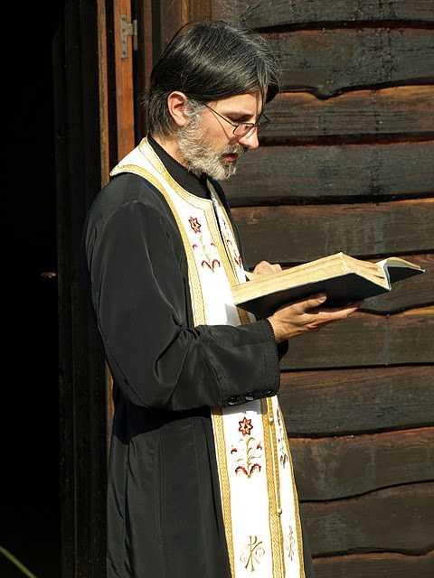 Interviu cu PARINTELE CIPRIAN GRADINARU din Namur (Familia Ortodoxa): <i>&#8220;E NEVOIE DE OSTENEALA SI DE DUREREA INIMII. <b>Tot omul care vrea sa pastreze harul trebuie sa se nevoiasca tot timpul, nu doar Duminica dimineata!</b>&#8220;</i>