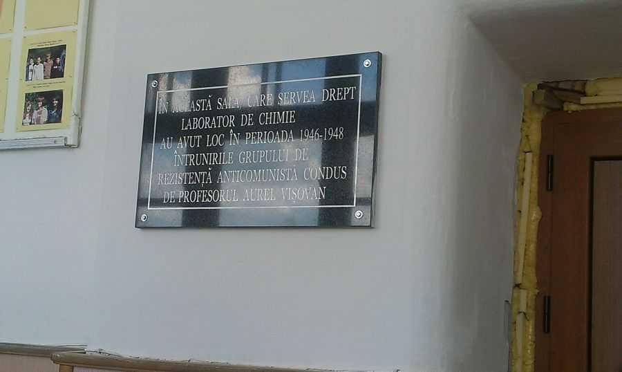 """Institutul Elie Wiesel continua PERSECUTAREA CINSTIRII PUBLICE A EROILOR ANTICOMUNISTI. Placa comemorativa pusa in memoria """"LOTULUI VISOVAN"""" din Sighetul Marmatiei – inlaturata dupa doar cateva zile"""