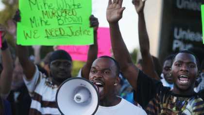 update – REVOLTE, STARE DE URGENTA SI ASEDIU in orasul Ferguson, SUA, dupa uciderea unui tanar de culoare de catre POLITIE. Se afla America in pericol de CONFLICTE INTER-RASIALE?