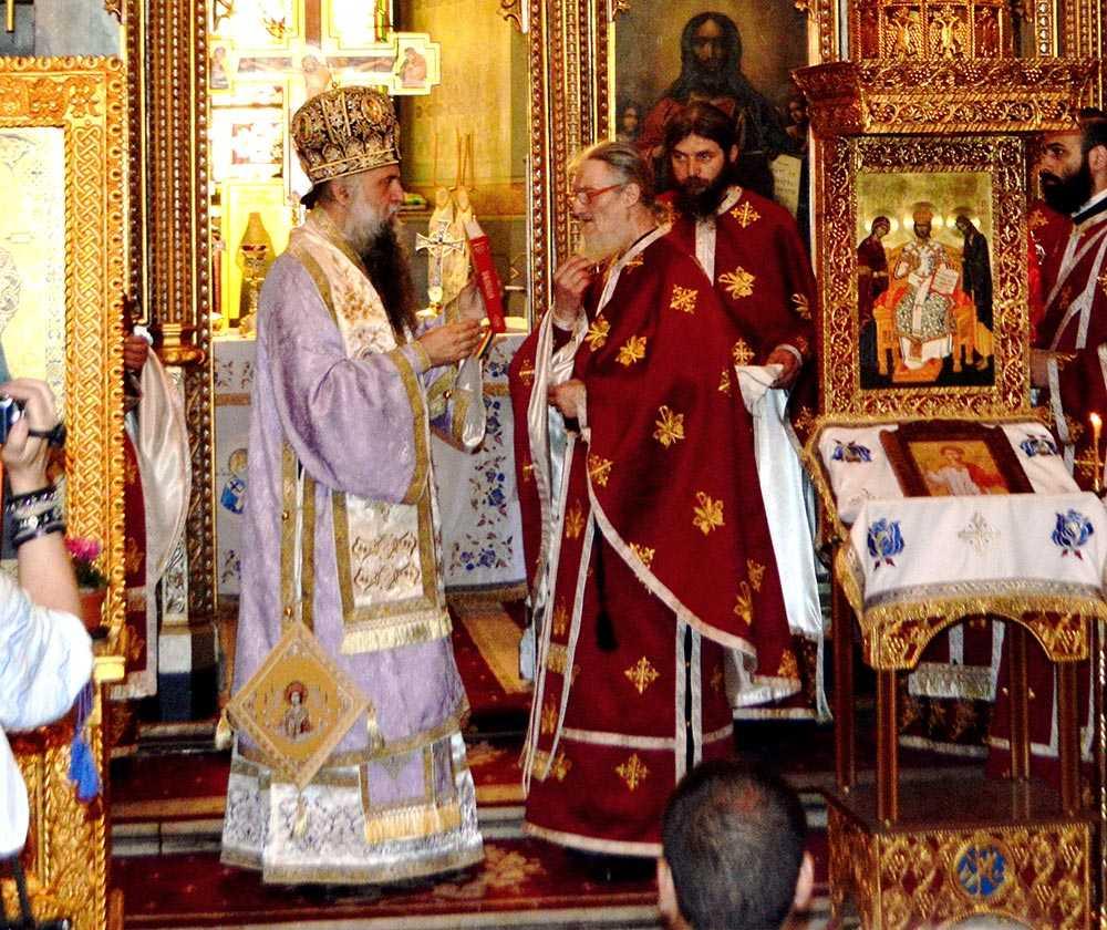 PARINTELE VALERIAN (fostul actor DRAGOS PASLARU) de la PATRUNSA a fost hirotonit PREOT/ Raspunsul PATRIARHIEI la acuzatiile de implicare electorala: <i>&#8220;Biserica Ortodoxă Română ramane neutra din punct de vedere politic. Orice activitate partinica a clerului ortodox este contrara hotararilor Sfantului Sinod&#8221;</i>
