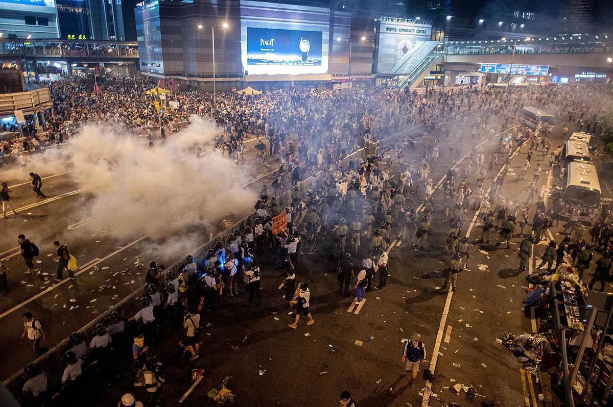 MANIFESTATII AMPLE SI TENSIONATE IN HONG KONG [video, foto]
