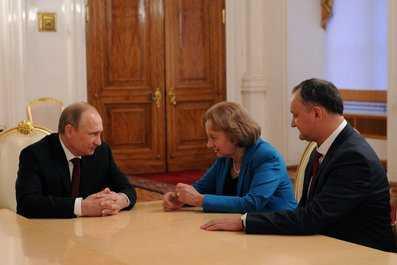Putin cu I. Dodon, seful Partidului Socialist, si Z. Greceani, fost premier al RM (sursa: kremlin.ru)
