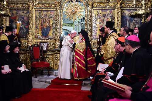 PAPA FRANCISC VREA NEGOCIERI PENTRU SARBATORIREA PASTELUI LA O DATA COMUNA. Purtatorul de cuvant al Patriarhiei: <i>&#8220;Va asigur ca Biserica Ortodoxa Romana si toate celelalte care au acceptat calendarul gregorian vor primi cu bunavointa o asemenea initiativa&#8221;</i>