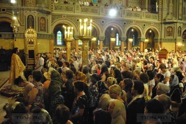 SONDAJ. ROMANII – INCA NESECULARIZATI. Religiozitatea poporului: un sfert din populatie merge duminical la biserica, o treime se spovedesc regulat, o proportie mare are incredere in preoti