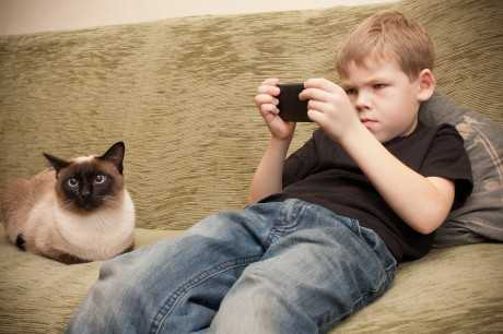 kid-on-couch-with-smartphone-460x306