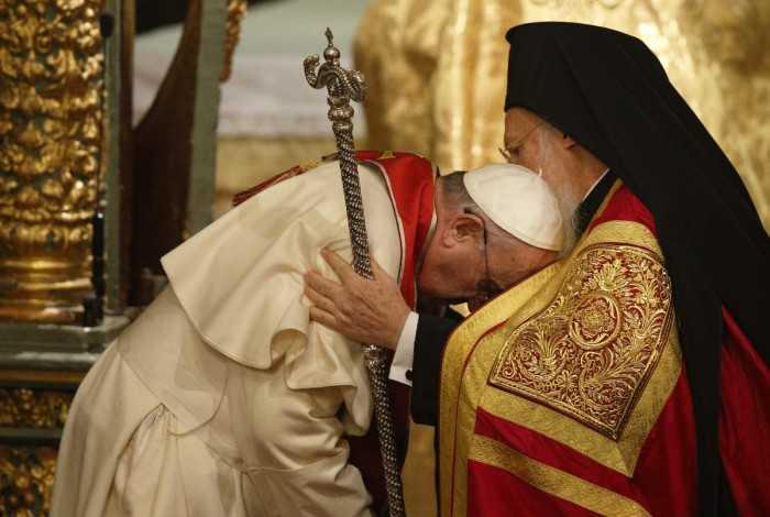 """MANASTIRILE SFANTULUI MUNTE II SCRIU PATRIARHULUI ECUMENIC, CRITICAND SMINTEALA FACUTA PRIN SARUTAREA LITURGICA DATA PAPEI: <i>""""vatama simtamantul dogmatic si liturgic ortodox si pricinuieste confuzie in constiintele crestinilor din toata lumea""""</i>"""