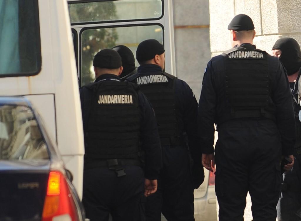 Mai multi vamesi si politisti de frontiera de la Vamile Stamora Moravita si Naidas sunt adusi la sediul DNA pentru audieri, fiind suspectati de luare de mita si inlesnire a traficului de tigari, in Bucuresti