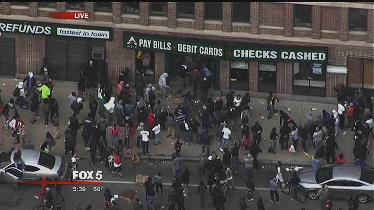 PROTESTE VIOLENTE IN BALTIMORE SI NEW YORK. Politia americana e acuzata de BRUTALITATE fata de populatia de culoare (Video)
