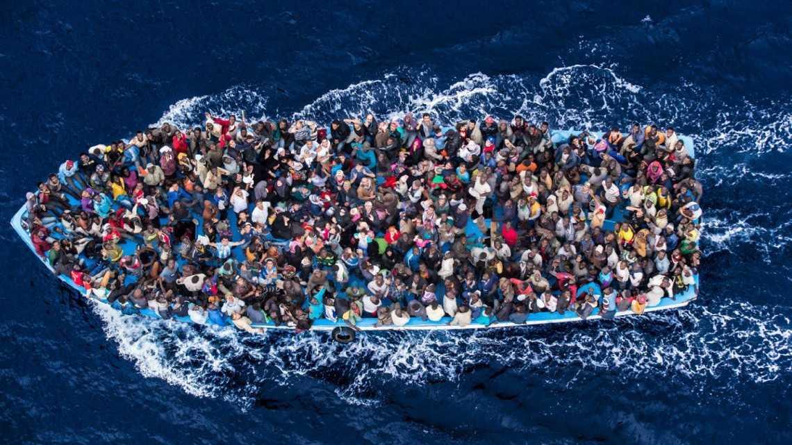 MASACRUL CONTINUU DIN MEDITERANA: mii de imigranti, multi copii, mor din cauza navelor supraaglomerate (Video)