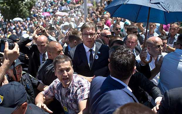 """Premierul Serbiei – atacat cu pietre la SREBRENICA. Autoritatile de la Belgrad acuza o """"TENTATIVA DE ASASINAT"""" (Video)"""