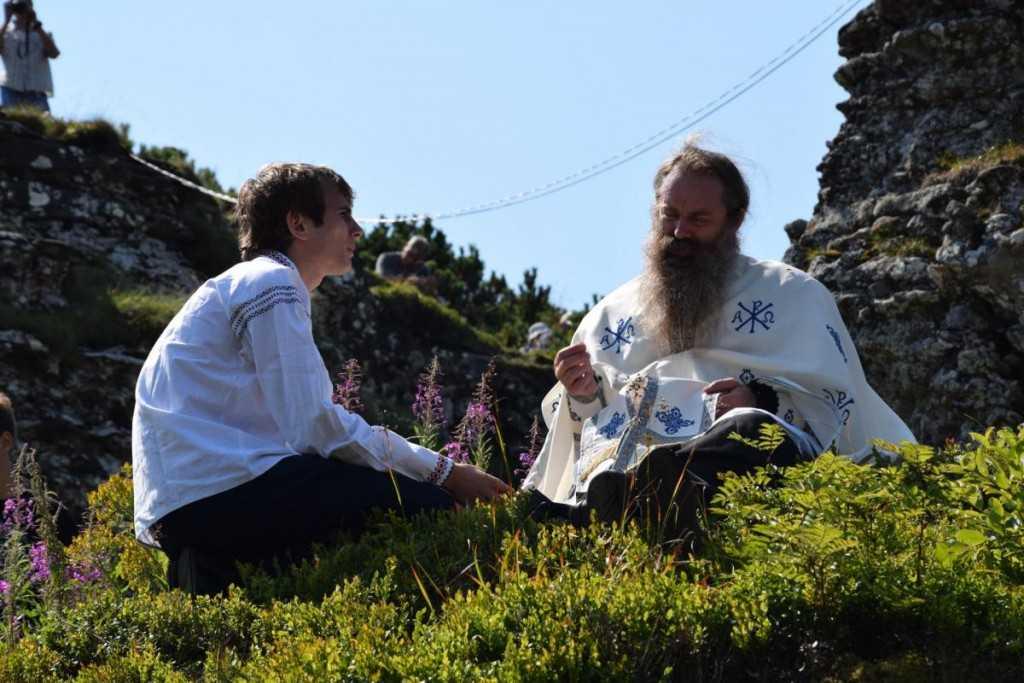pelerini-manastirea_ceahlau-foto_tudorel_rusu_3_0