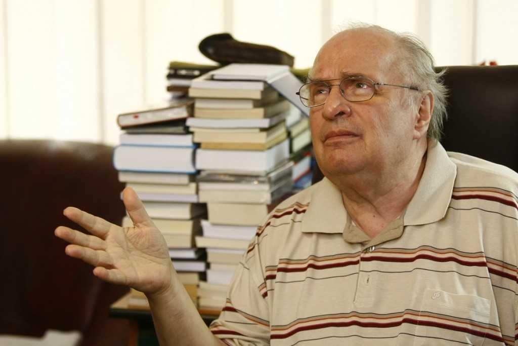 Academicianul Augustin Buzura acorda un interviu pentru ziarul Adevarul, la locuinta sa din Bucuresti, marti, 9 aprilie 2013. (Eduard Enea)