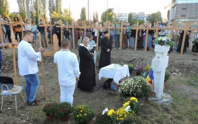 Trei preoţi au participat la slujba de sfinţire a crucii ridicate pe terenul unde ar urma să fie construită megamoscheea din Capitală