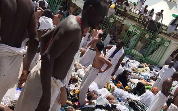 TRAGEDIE DUPA TRAGEDIE LA MECCA – sute de musulmani morti si raniti, macara imensa prabusita prabusita bizar peste marea moschee (VIDEO)