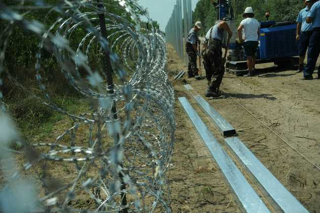"UNGARIA trimite vehicule militare la granita cu Croatia (Video)/ COMISIA EUROPEANA tolereaza explicit GARDURILE DE SARMA GHIMPATA pe ""frontiera externa a UE"". Romania, Bulgaria si Croatia sunt IN AFARA granitelor UE"