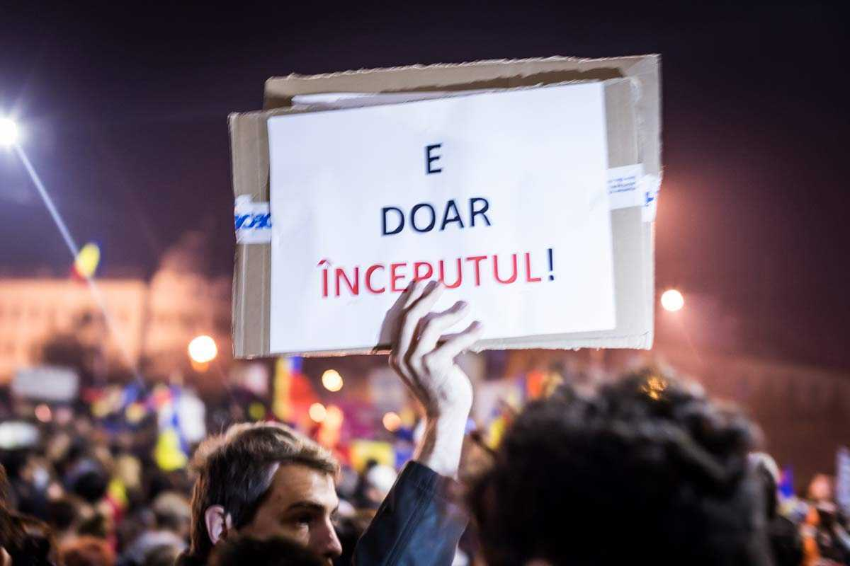 """MEGA-DIVERSIUNEA """"REVOLUTIEI #COLECTIV"""": România intra in ERA PROTECTORATULUI OFICIALIZAT? Fostul comisar european DACIAN CIOLOŞ, dat """"pe surse"""" drept potentialul PREMIER al GUVERNULUI TEHNOCRAT. O """"solutie prietenoasa cu pietele"""", care va duce la """"reformele structurale"""" dorite de FMI… INCLUSIV DESFIINTAREA DE SPITALE? Hai cu <i>""""vrem spitale…""""</i>, tineri frumosi si destepti!"""