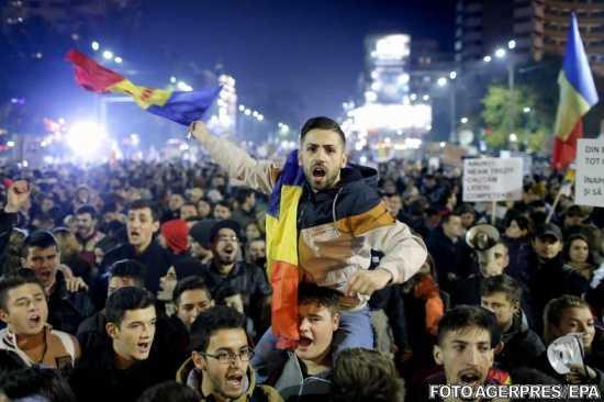 live-a-patra-seara-de-proteste-in-piata-universitatii-din-bucuresti-340700
