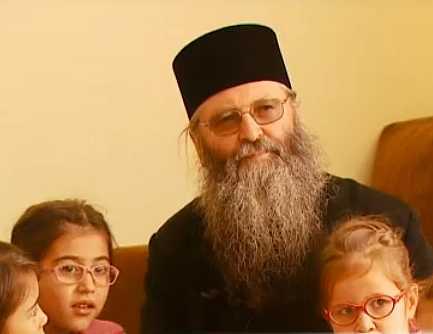 """ASEZAMANTUL de COPII de la Manastirea BOGDANA din Radauti – locul unde peste o suta de orfani isi gasesc, prin BISERICA, o autentica """"NOUA FAMILIE"""" (Reportaje TRINITAS si """"Romania, te iubesc"""" – VIDEO)"""