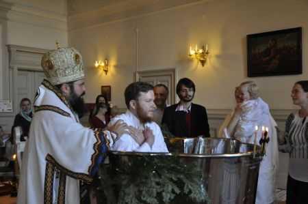 """ORTODOXIA ROMANEASCA CUCERESTE (SI) INIMI NORDICE. Din lucrarile pastorale ale PS MACARIE: botezarea intru Hristos a unei familii de suedezi si a unui profesor universitar din Copenhaga. """"FAPTUL CA AM FOST BINE PRIMITI IN ACEASTA COMUNITATE E MINUNAT. SUNT FERICIT SA GASESC O BISERICA CE VA RAMANE NESCHIMBATA"""" (Video)"""
