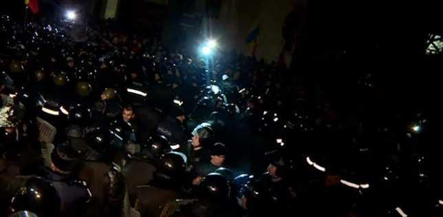 """HAOS LA CHISINAU. Proteste vehemente impotriva GUVERNULUI OLIGARHIC sustinut de SUA si UE (Video). Limitele """"europenizarii"""" prin RETELE MAFIOTE si incercarea RUSIEI de a provoca propriile """"REVOLUTII PORTOCALII"""". <i>""""Adică mafiotul Ianukovici n-a fost bun la Kiev! Și nici Voiculescu sau Vântu la București?! De ce ar fi mafiotul moldovean îmbrățișat/susținut de Occident, de America?""""</i>"""