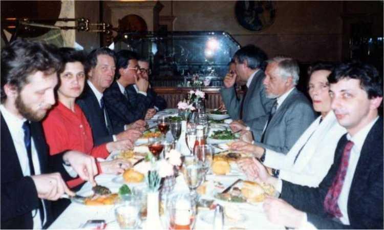 Marian Munteanu pe vremea cand nu era emanat din grota. 1991, in SUA, alaturi de Regele Mihai, Vladimir Tismaneanu si altii. Sursa: contributors.ro