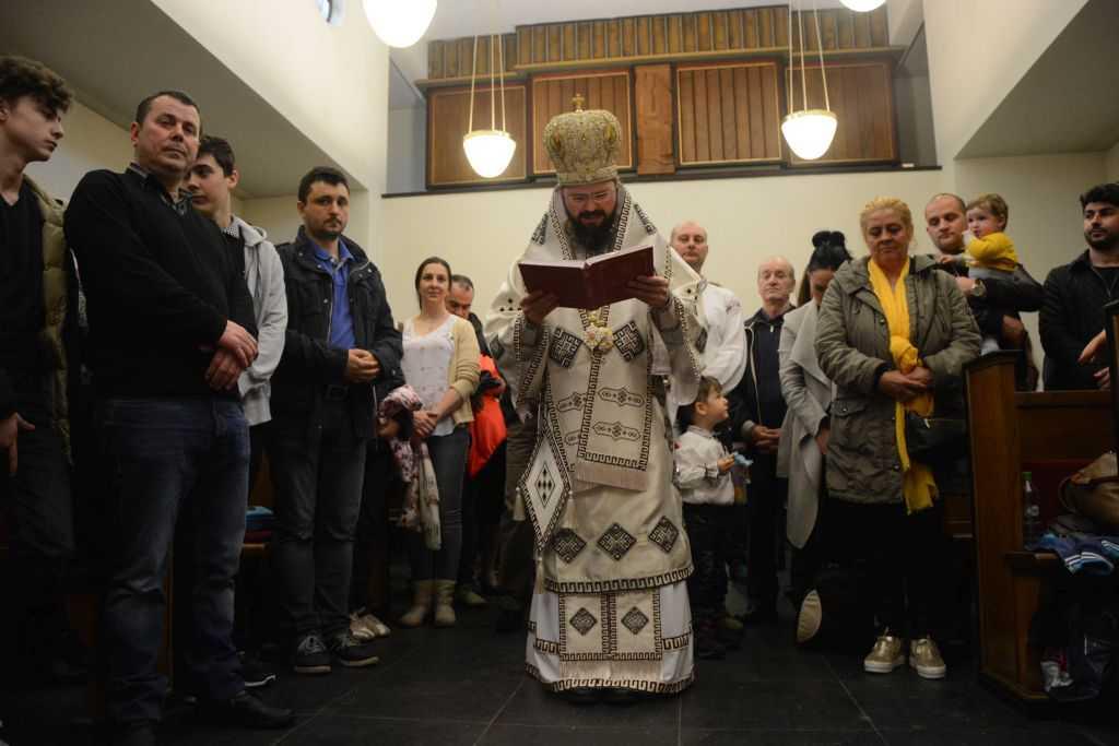 EPISCOPUL EUROPEI DE NORD – IMPREUNA CU FAMILIA NAN, savarsind slujba Botezului si randuiala infierii pentru doi copii adoptati de o familie romaneasca