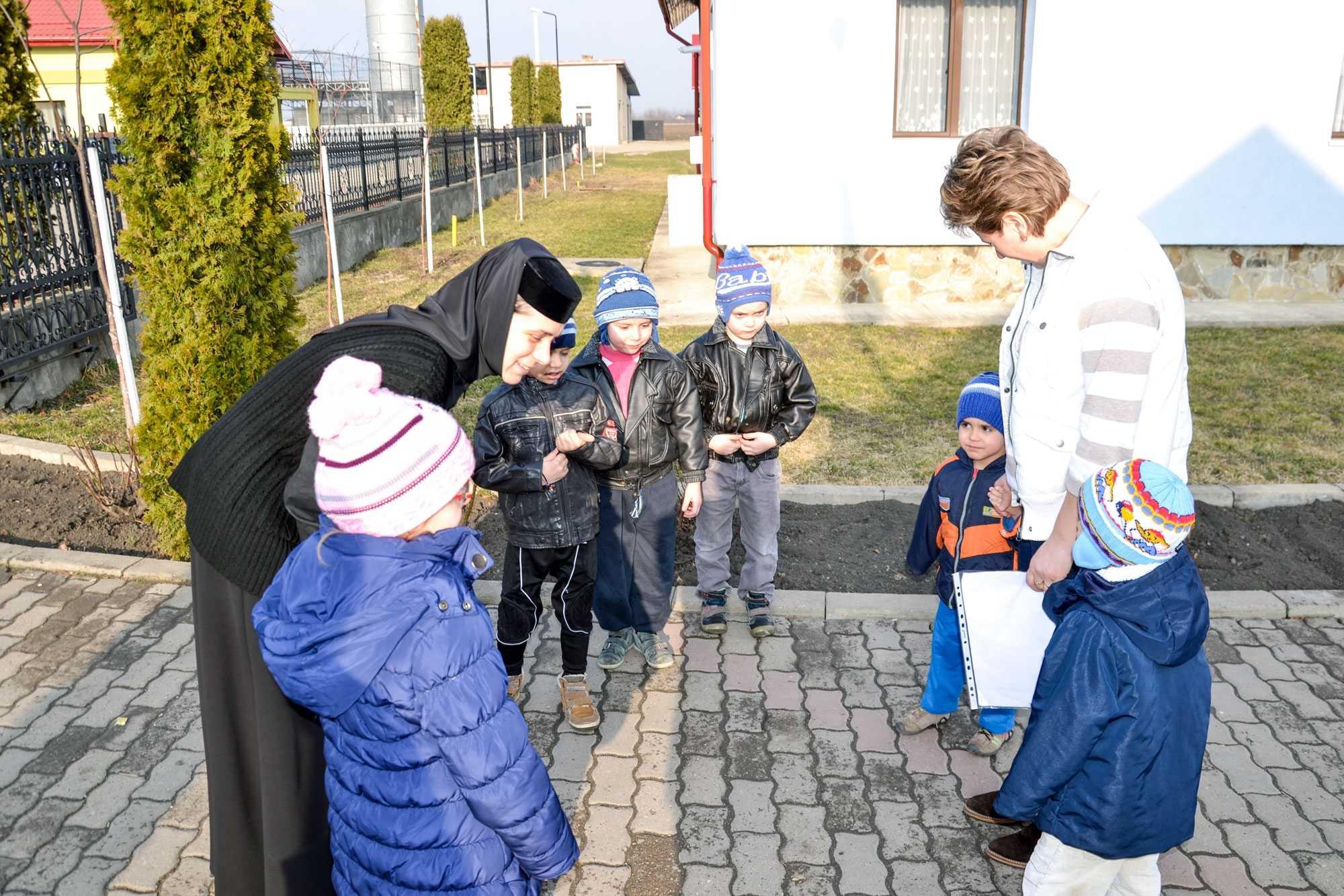 """""""REPARATORII"""" DE SUFLETE de la Radauti sau CUM SE FACE SPALAREA PICIOARELOR IN ZILELE NOASTRE pentru copiii si tinerii fara parinti si plini de traume, la ASEZAMANTUL """"SFANTUL LEONTIE"""" (VIDEO – emisiunea """"Romania, te iubesc"""" si alte reportaje)"""