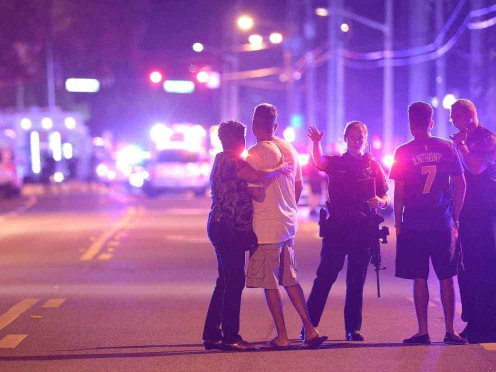 """MACEL INTR-UN CLUB GAY DIN ORLANDO, pus pe seama Statului Islamic, dar comis de un afgano-american ANCHETAT IN TRECUT DE FBI SI LASAT SA POARTE LEGAL ARME: <i>""""Cel mai sângeros atac armat în masă din istoria SUA""""/</i> VA PROFITA TRUMP sau SE VA AMPLIFICA RETORICA DE VICTIMIZARE A """"LGBT""""?"""