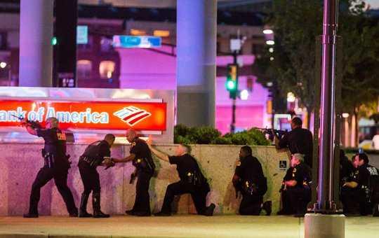 DALLAS: 5 politisti ucisi si inca 7 raniti grav dupa un atac armat de la inaltime care a ingrozit America (VIDEO). Desi s-a vorbit initial de MAI MULTI LUNETISTI ORGANIZATI, acum autoritatile vorbesc, in mod suspect, de UN SINGUR ATACATOR, PE CARE L-AU SI UCIS…