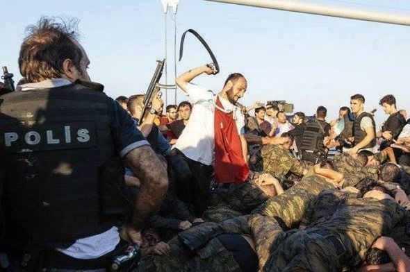 """TURCIA A INTRAT IN VRIA REPRESIUNII SI RAZBUNARII LUI ERDOGAN. <i>""""Ce e rau de abia acum urmeaza""""</i>. ARESTARI IN MASA ale prezumtivilor sustinatori ai loviturii de stat, amenintati inclusiv cu PEDEAPSA CU MOARTEA. <i>""""Politicile fricii si disensiunii sociale pe care le promoveaza Erdogan vor ingenunchea Turcia""""</i>/ CONFLICT ACUT CU SUA, ACUZATA DE IMPLICARE INDIRECTA IN COMPLOT"""