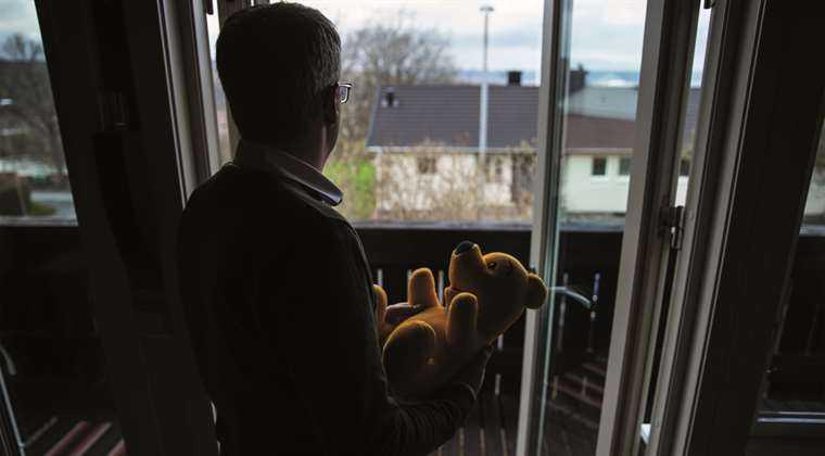 DRAMELE SI DISPERAREA MAMELOR lasate fara copii sau amenintate ca vor fi extradate si inchise pentru ca SI-AU SALVAT COPIII. Cazurile ANA MARIA STANCU si HERMINA GHEORGHE. Celei din urma i-a fost luat copilul DE LA NASTERE de Protectia Copilului din Danemarca (video). SI IN SUEDIA SE PRACTICA METODE ABUZIVE DE CONFISCARE A COPIILOR PE BANDA RULANTA!