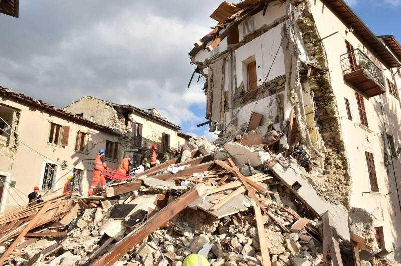 CUTREMUR PUTERNIC IN ITALIA. Zeci de victime si un oras pe jumatate distrus/ Actualizare: NUMARUL VICTIMELOR E MULT MAI MARE SI EXISTA SI ROMÂNI PRINTRE ELE