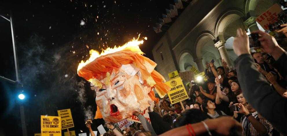 """""""MAIDAN"""" IN AMERICA. Proteste violente impotriva lui Donald Trump in mai multe orase din SUA. George SOROS – acuzat de finantarea unei """"revolutii"""" pentru delegitimarea presedintelui ales. VIITORUL LUI TRUMP INTRE HAOS CIVIL, ACOMODAREA CU ESTABLISHMENTUL si… ASASINAT!"""