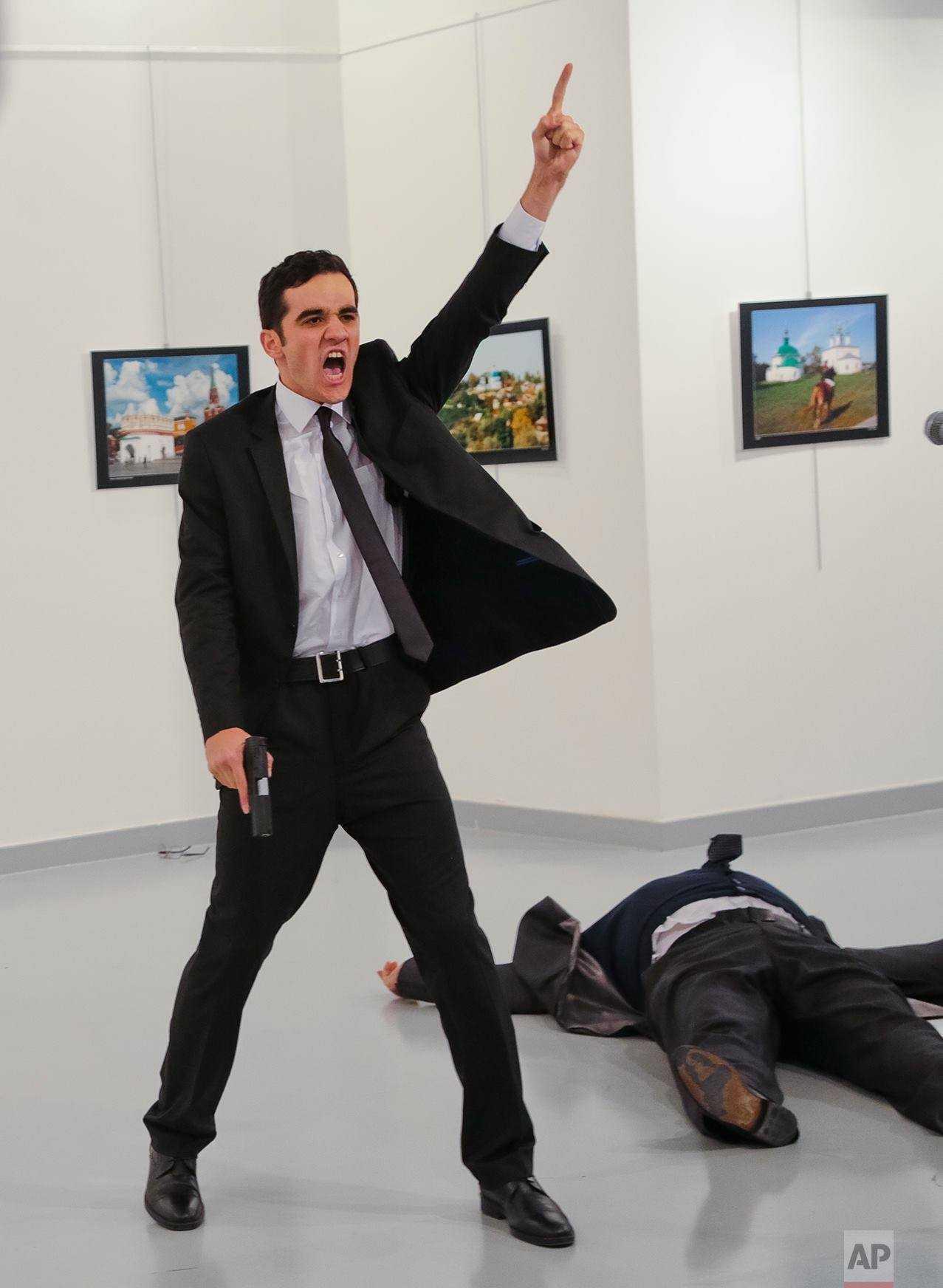 """AMBASADORUL RUSIEI IN ANKARA, UCIS INTR-UN ATENTAT REALIZAT DE UN POLITIST TURC (Video)/ Reactia lui PUTIN: TREBUIE SA STIM CINE A DAT ORDINELE/ """"Ne ajung scenariile din urma"""""""