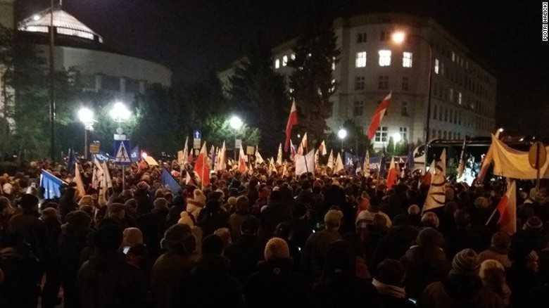 CRIZA POLITICA PUTERNICA IN POLONIA. Ministrul de interne al guvernului conservator acuza o TENTATIVA DE LOVITURA DE STAT (Video)